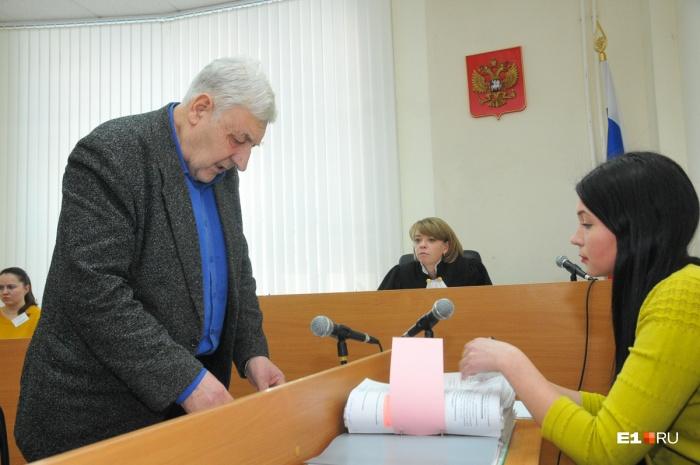 За столом Юрий Мищенко, судья и представитель застройщика