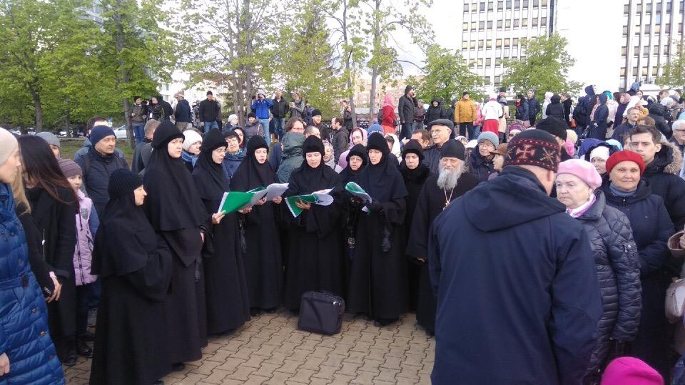 Несколько раз сторонники строительства собора Святой Екатерины в сквере проводили православный флешмоб и пели молитвы