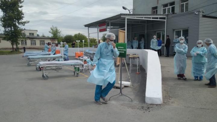 В Екатеринбурге распылили хлор: показываем в прямом эфире масштабные учения