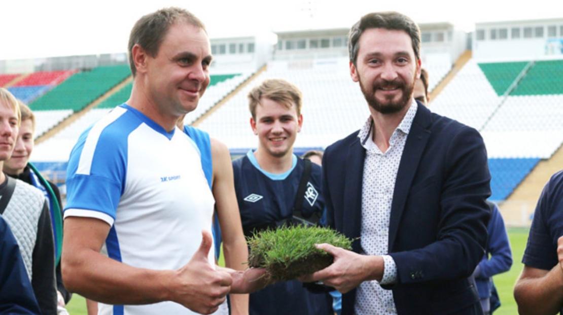 Директор стадиона Евгений Дмитриев (справа) взял частичку поля себе на память