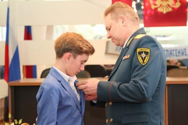 14-летний Ильфат Галин получил награду из рук главы МЧС Башкирии