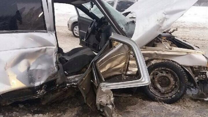 На трассе Башкирии лоб в лоб столкнулись два автомобиля