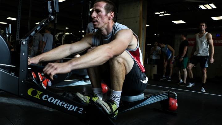 В фитнес-клубе, который проводит греблю и мазай-челлендж на тренажерах, открылась продажа абонементов на новый сезон