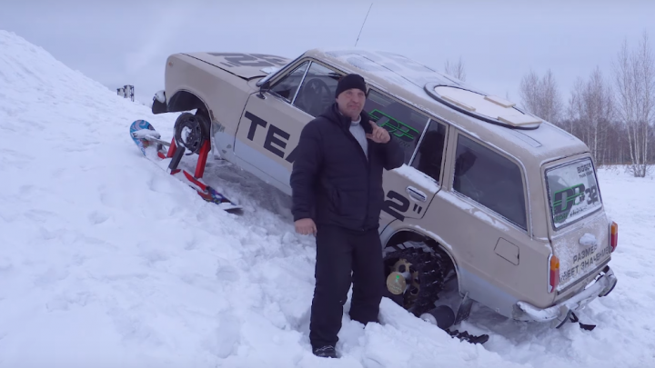 Видео:новосибирцы поставили автомобиль на гусеницы и прокатились на нём по снегу