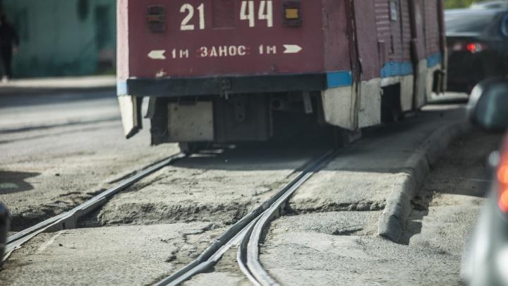 На Затулинке трамвай с пассажирами врезался в КАМАЗ: пострадала женщина