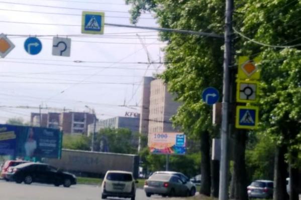 Знак«Движение направо» повесили сбоку