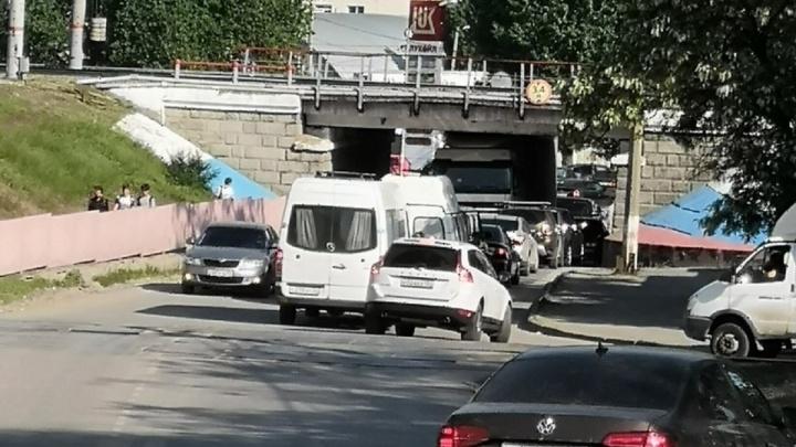 Обычная история: очередная фура стала жертвой глазомера водителя под мостом в Волгограде