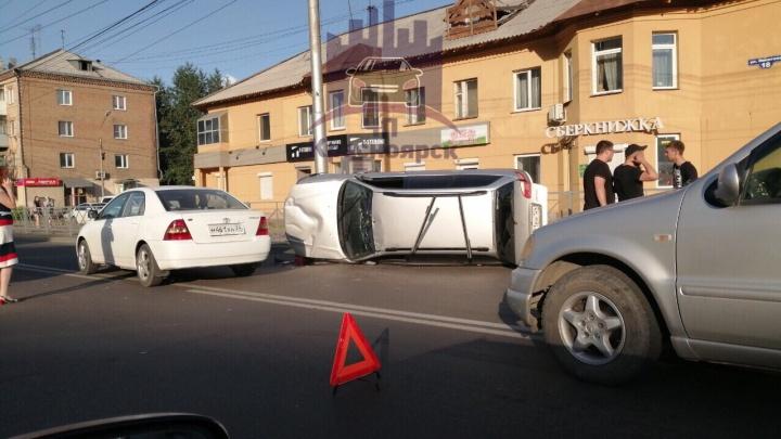 Видео: «Тойота» перевернулась на Партизана Железняка и стала причиной массовой аварии