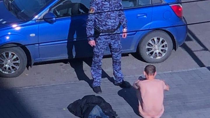 Мужчина разделся в центре Красноярска и лёг на проезжую часть