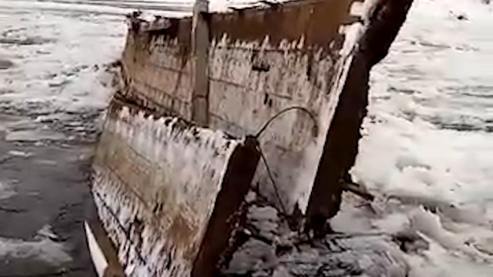В Башкирии ледоход снес мост, очевидцы сняли ЧП на видео