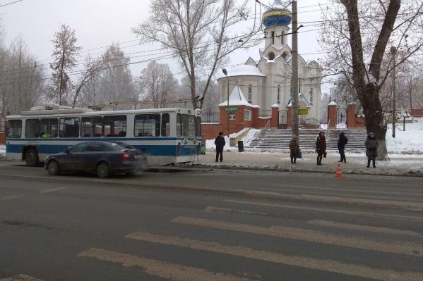 Девушка не успела проскочить перед троллейбусом