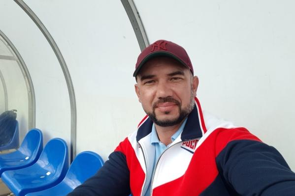Евгений работает тренером по стрельбе из лука