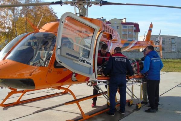 Члены авиабригады эвакуируют беременную пациентку