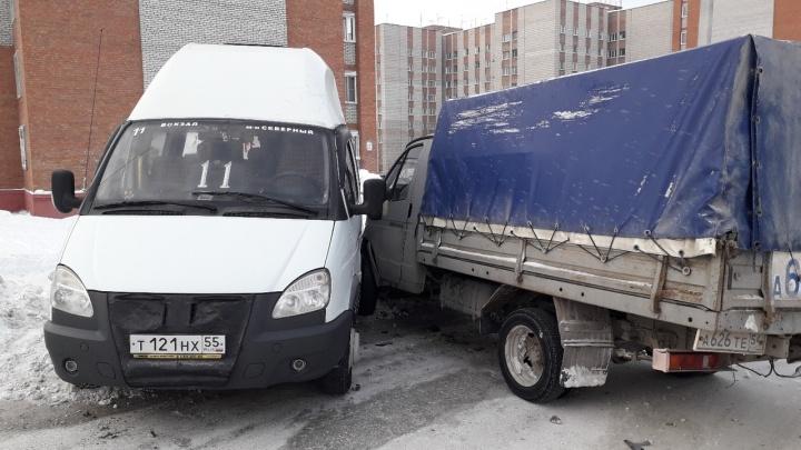 Грузовая «Газель» столкнулась с маршруткой: пострадали четыре пассажирки
