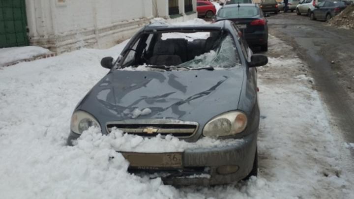 Благодать или кара: на машину в центре Ярославля с храма свалился сугроб