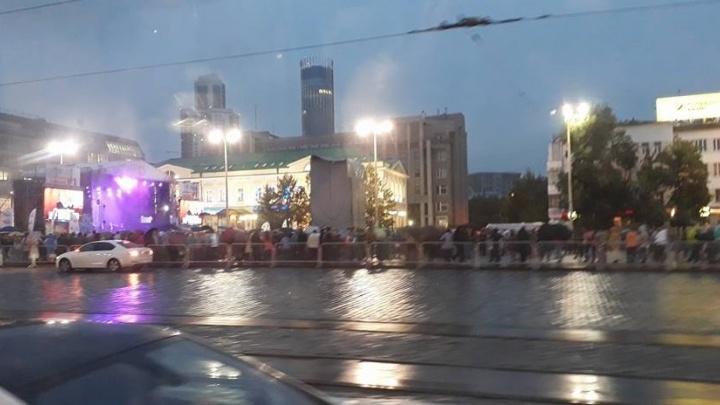 Екатеринбуржцы под дождём спели о России вместе с хором Турецкого