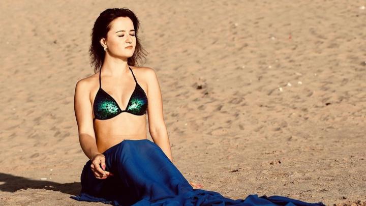 «Пользуйтесь своей молодостью»: холода и дожди не разогнали волгоградских красоток с пляжей