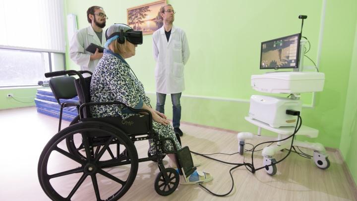 Врачи из Екатеринбурга ставят парализованных уральцевна ноги с помощью очков виртуальной реальности