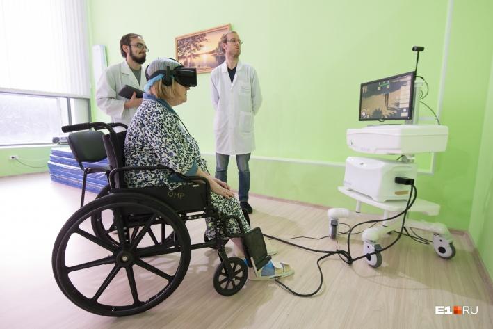 Аппарат виртуальной реальности ставит на ноги парализованных людей, помещая их в мир, где они снова вспоминают свои ощущения при ходьбе