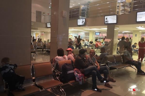 Пассажиры ожидают вылета с шести часов вечера