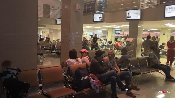 «Это кошмар!»: в Челябинске второй раз за день серьёзно задержали вылет чартера в Турцию