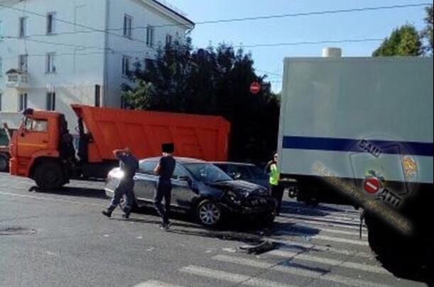 Иномарка залетела под автозак: массовая авария в центре Уфы