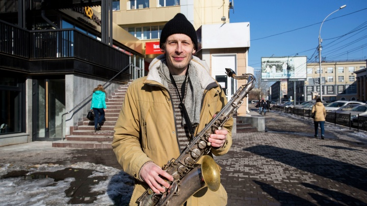 Видео: в центре Новосибирска заиграл весенний саксофонист