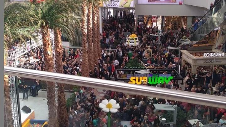 Тысяча красноярцев рванула в «Планету» ради розыгрыша машины и концертаQuest Pistols Show