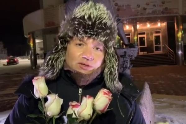 Олешко оставил у памятника Ульянову цветы, которые ему подарили тарские зрители