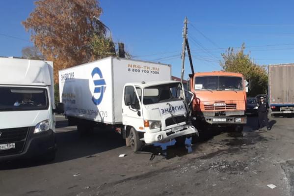 ВодителяHyundai с места ДТП увезли в больницу