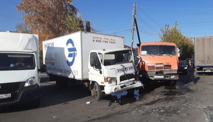 Водителя грузовика зажало в кабине после ДТП на Автогенной