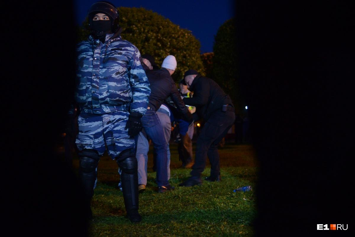 Задержания проходили довольно жестко. Раньше на протестных выступлениях задержанных никогда не заковывали в наручники