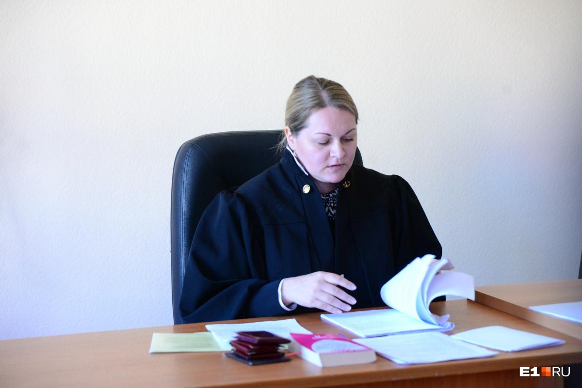 После того как судья зачитала обвинение, в зале раздался громкий смех