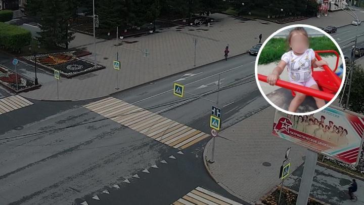 В Ялуторовске прохожие помогли полицейским отыскать родителей найденной 3-летней девочки