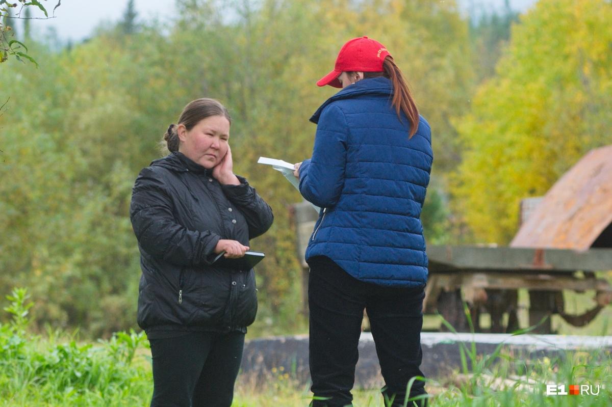 Слева местная жительница Наталья Анямова