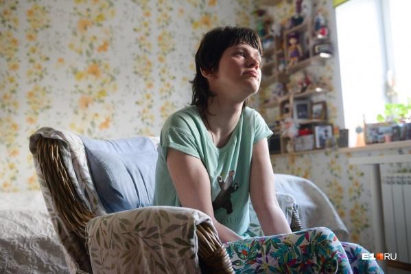 Вере Семченковой 26 лет, у нее ДЦП. Из-за тяжелого физического состояния она не может надолго оставаться одна