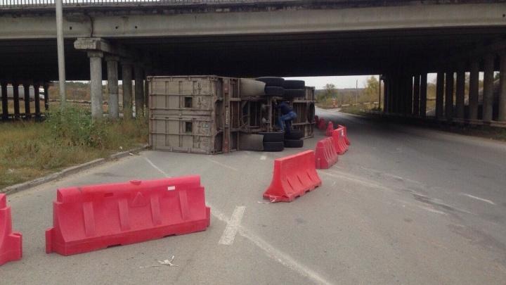 Вот — новый поворот: фура с капустой перевернулась под мостом в Волгограде