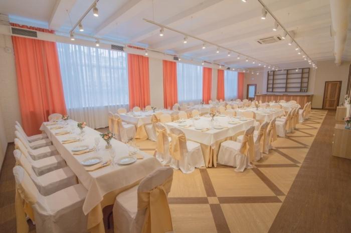 Банкетный зал «Своей компании» легко вместит до 70 гостей