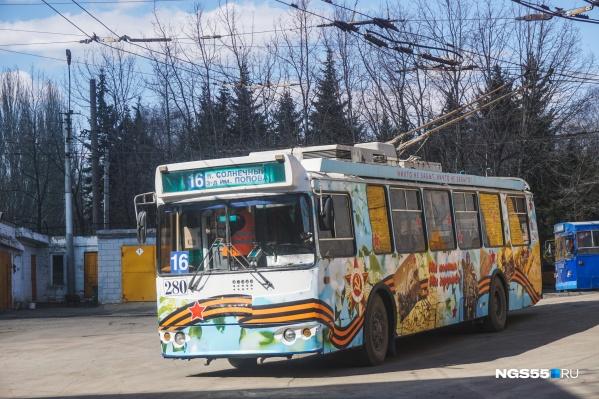 Через Ленинградскую площадь идут маршруты № 7 и 16