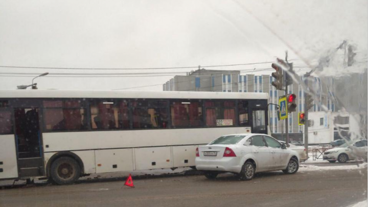 Междугородный автобус попал в ДТП в центре Ярославля