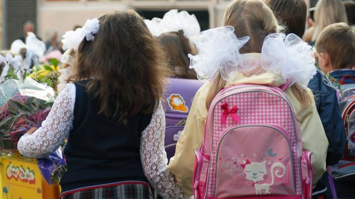 А костюмчик-то сидит: новосибирцам дали советы, как выбрать вещи в школу и не покалечить ребёнка