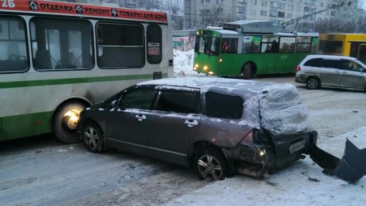 Автобус столкнулся с двумя машинами и перегородил дорогу на улице Сибиряков-Гвардейцев