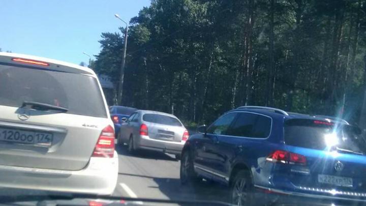 «За 20 минут не сдвинулись с места»: дорожные работы остановили движение на улице Худякова