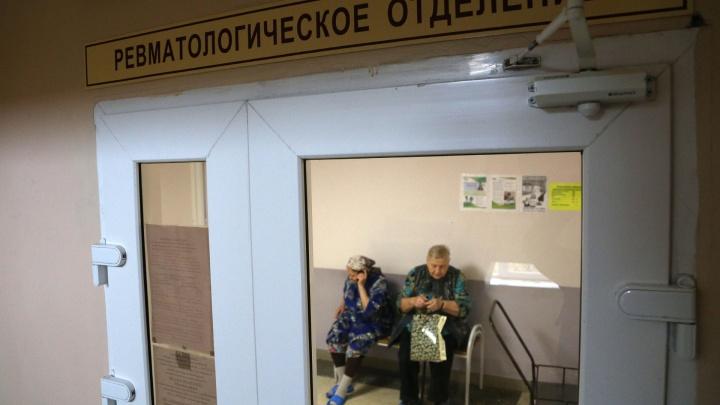 Пожилая уфимка нашла в туалете поликлиники телефон и подарила его другу. Теперь ей грозит срок