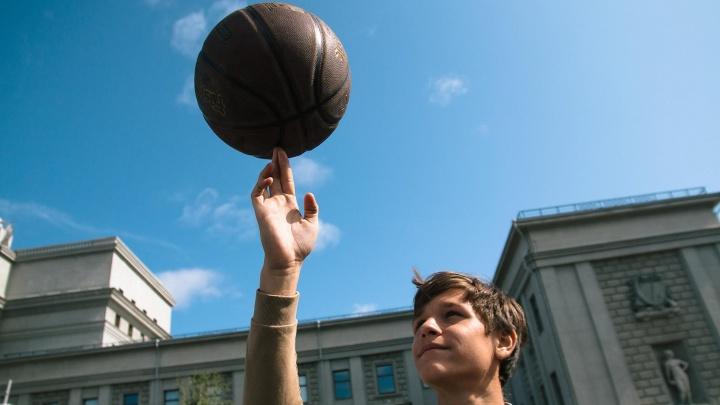 Крутили мячи и кидались пультами: в Самаре стартовал турнир по стритболу