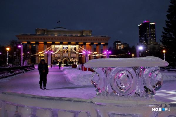 Площадь новогоднего катка составляет 2200 квадратных метров. Кататься на нём можно бесплатно, заплатить придётся лишь за прокат коньков