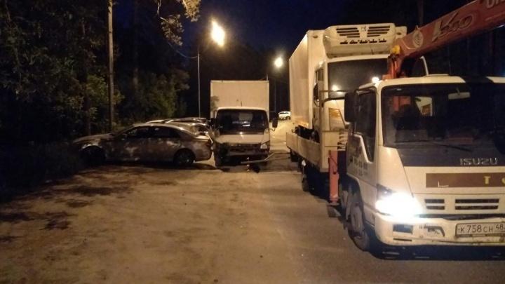Эвакуатор протаранил 7 припаркованных автомобилей на Сухарной