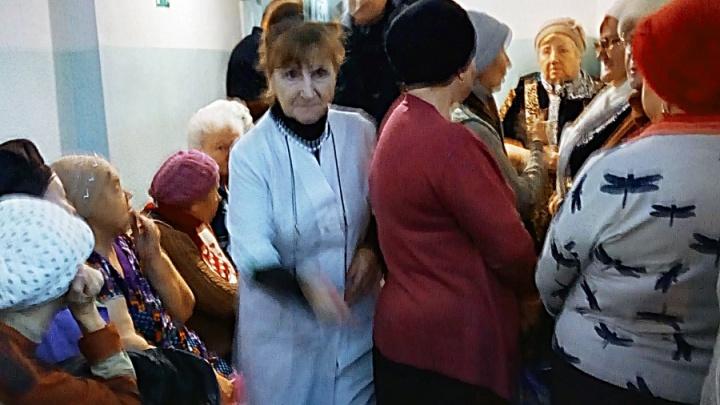 «Боятся, что не хватит»: новосибирцы выстроились в огромную очередь за лекарством