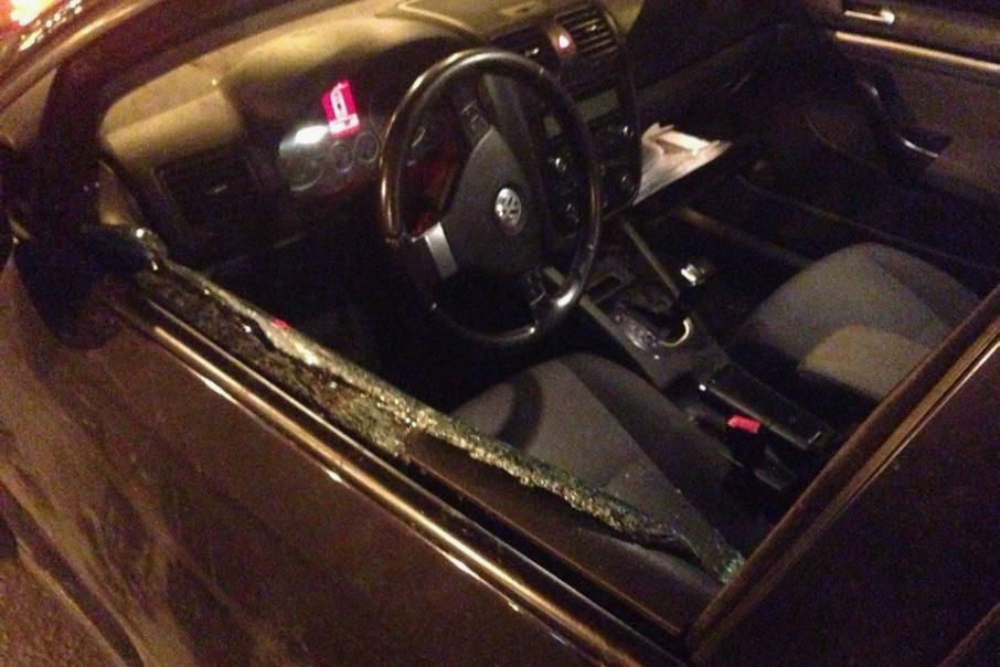 Нападавшие разбили водителю стекло и пытались вытащить его из машины