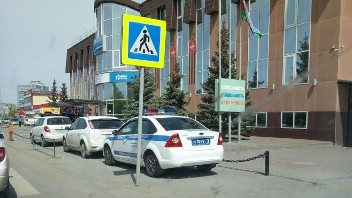 «Я паркуюсь, как...»: патрульный автомобиль ДПС у «зебры» и автохам на клумбе в центре Тюмени